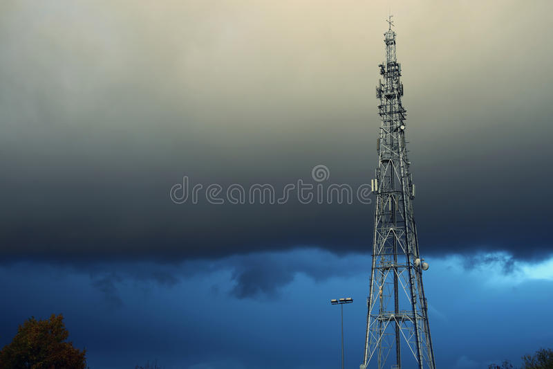 Céu tormentoso e torre de rádio fotos de stock royalty free