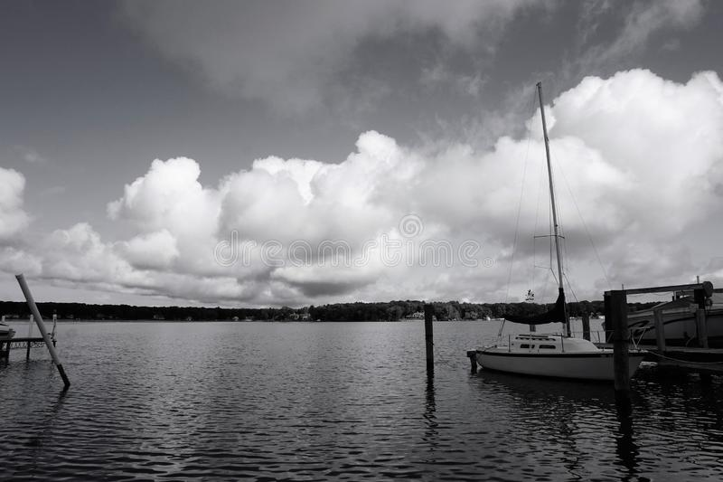 Céu tormentoso sobre o lago Macatawa em B&W imagem de stock royalty free