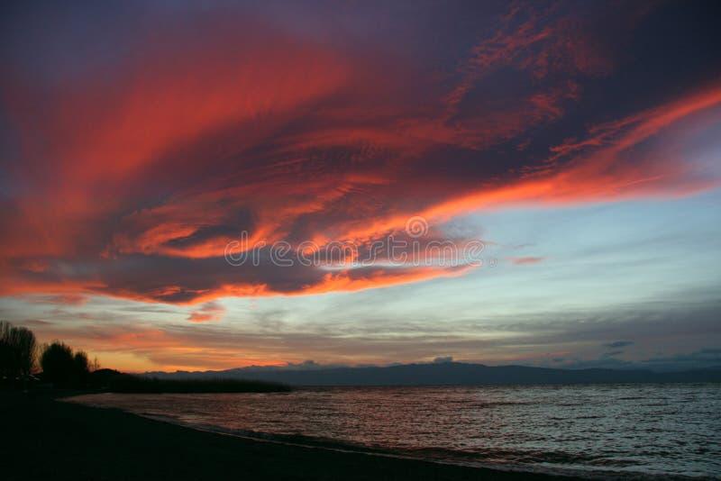 Céu tormentoso sobre o lago Ohrid no por do sol fotografia de stock royalty free