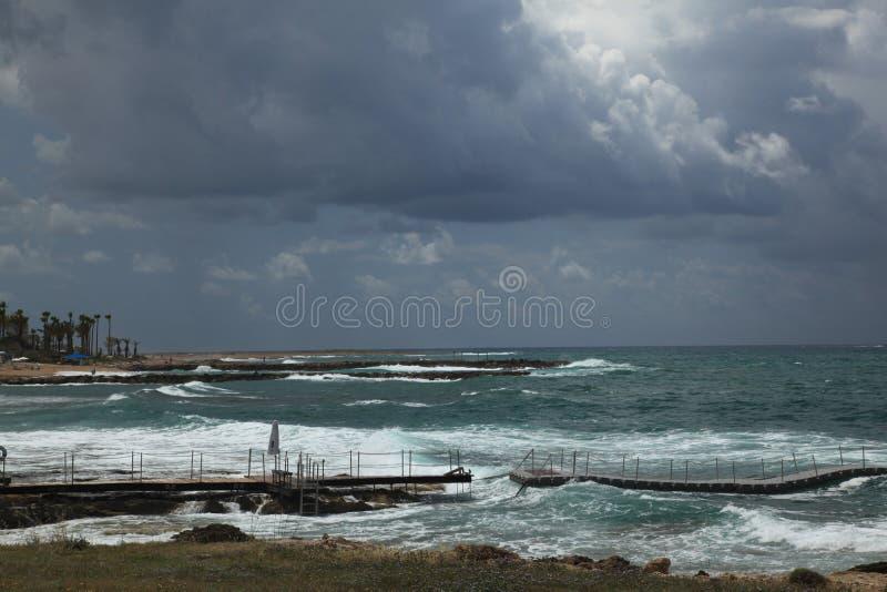 Céu tormentoso sobre a praia foto de stock royalty free