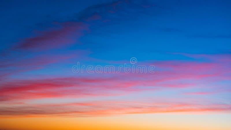 Céu vívido na hora crepuscular para o fundo fotos de stock royalty free