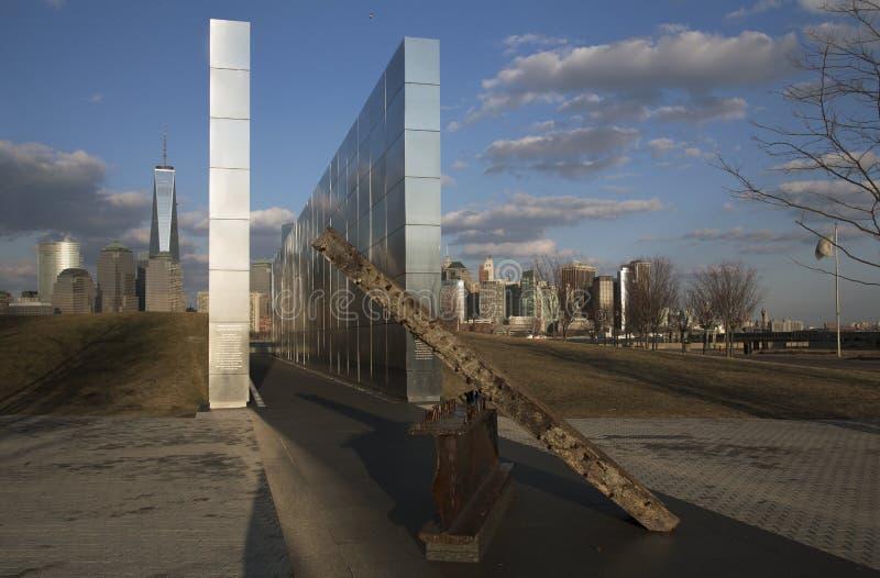 Céu vazio: Jersey City 9/11 de memorial no por do sol mostra o feixe do ferro de W T C r fotos de stock royalty free