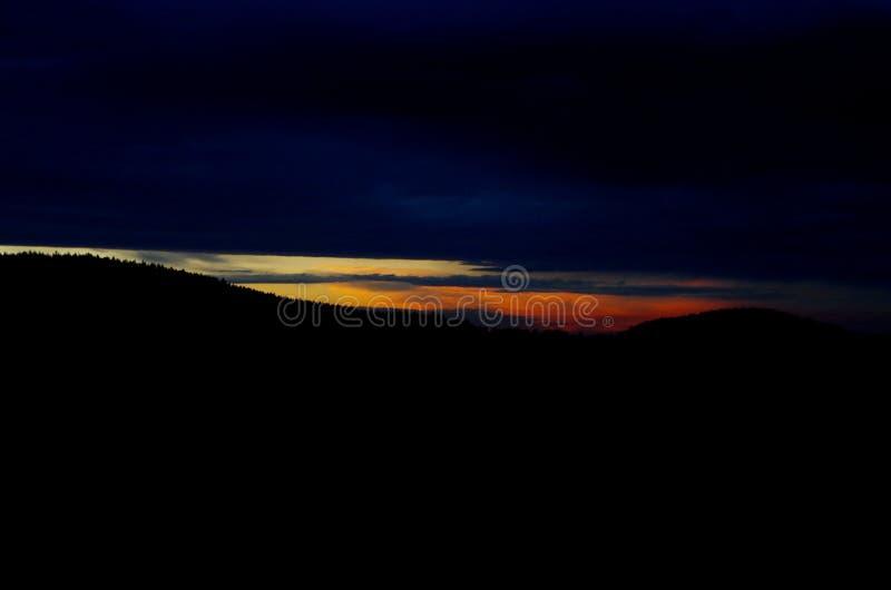 Céu vermelho acima da floresta imagem de stock royalty free