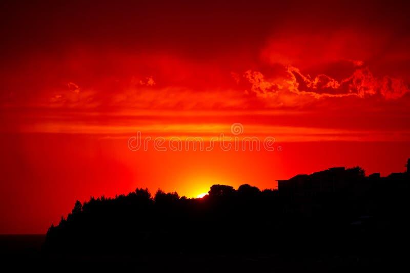 Céu vermelho do por do sol imagem de stock