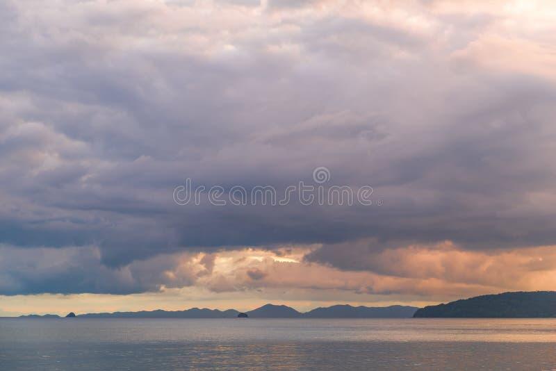 Céu violeta bonito sobre o mar no tempo do por do sol imagens de stock