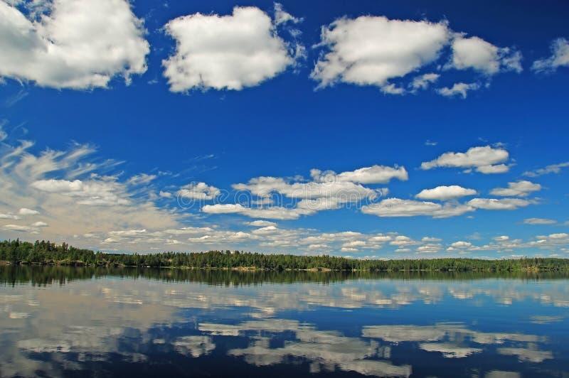 Céus azuis e nuvens brancas no Quetico imagem de stock royalty free