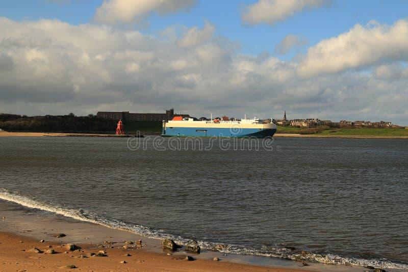 Céus azuis nebulosos sobre a boca de River Tyne fotografia de stock