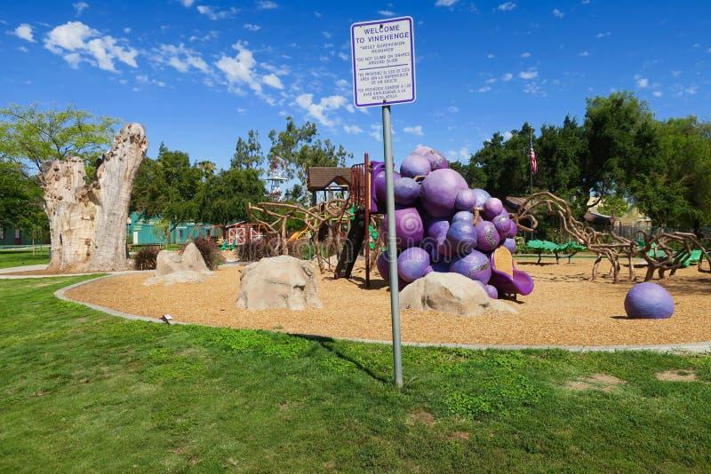 Céus azuis sobre o campo de jogos do vinehenge, parque do dia da uva, Escondido, Califórnia, Estados Unidos imagem de stock