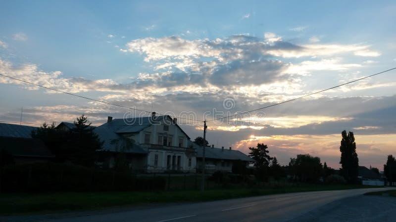 Céus brilhantes acima da fábrica velha do vinho imagens de stock royalty free