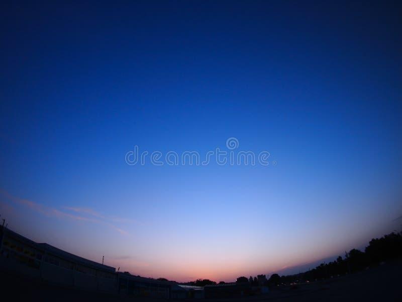 Céus claros sobre a cidade após o por do sol fotos de stock royalty free