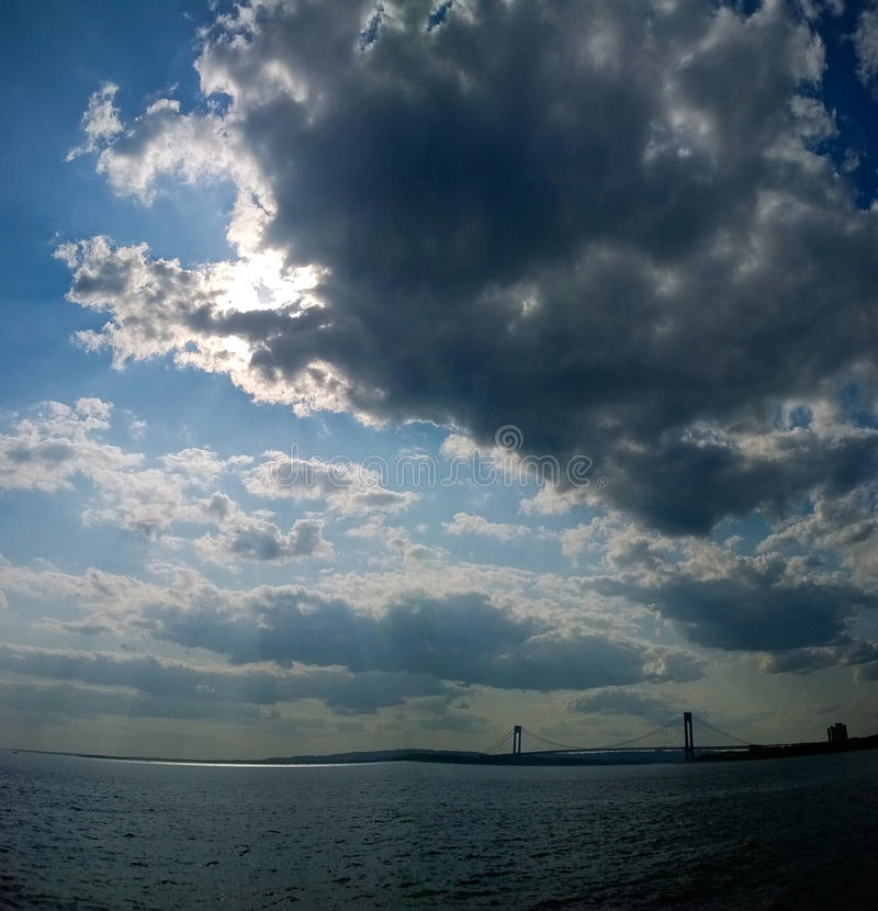 Céus da nuvem sobre a ponte de Verrazano imagens de stock royalty free