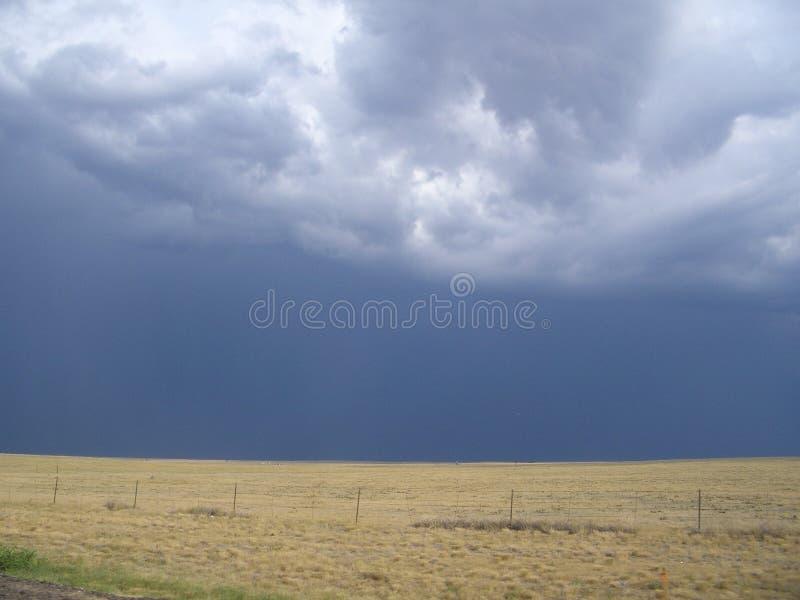 Céus de escurecimento sobre a pradaria imagens de stock