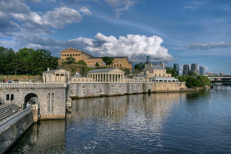 Céus dramáticos acima do museu de arte de Philadelphfia imagens de stock royalty free