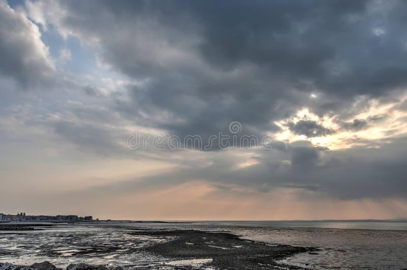 Céus dramáticos sobre areias pretas fotografia de stock royalty free