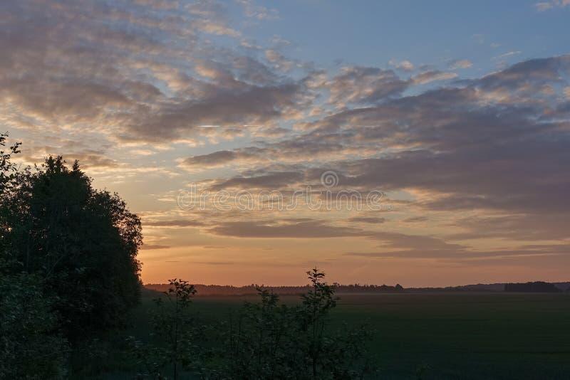 Céus e nuvens coloridos - uma paisagem natural muito calma imagens de stock