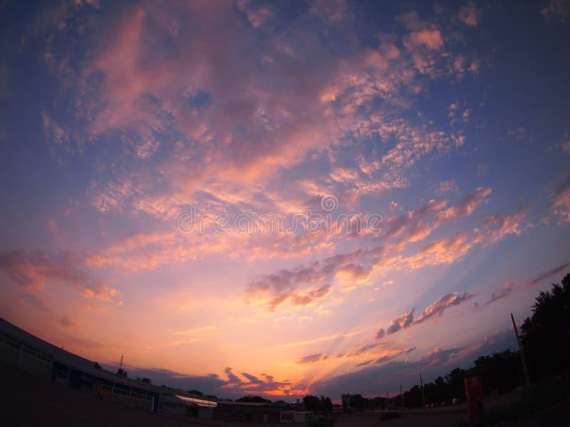 Céus e nuvens sobre a cidade no por do sol foto de stock