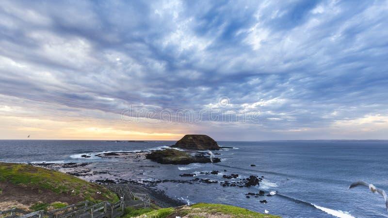 Céus e oceano tormentosos selvagens no Knobbies, Phillip Island, Victoria, Austrália imagem de stock royalty free