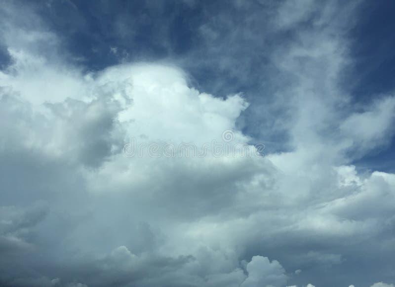 Céus nebulosos & x28; Clouds& escuro x29; imagem de stock royalty free