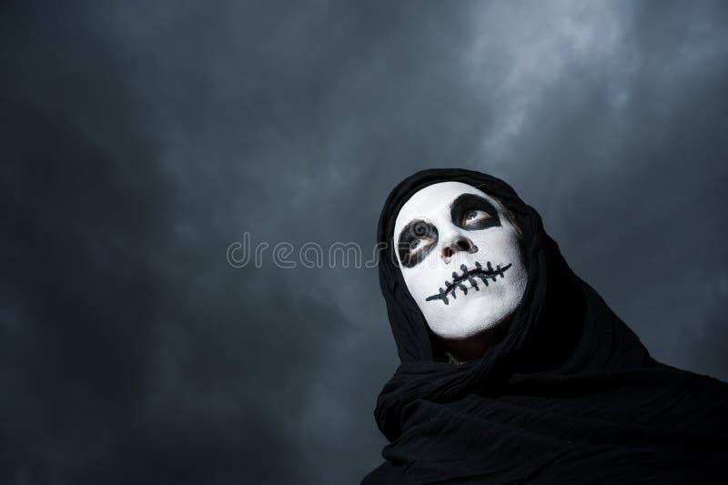 Céus nebulosos da mulher assustador do crânio foto de stock royalty free