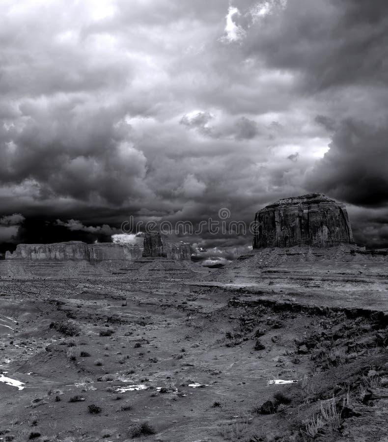 Céus nebulosos do vale do monumento foto de stock