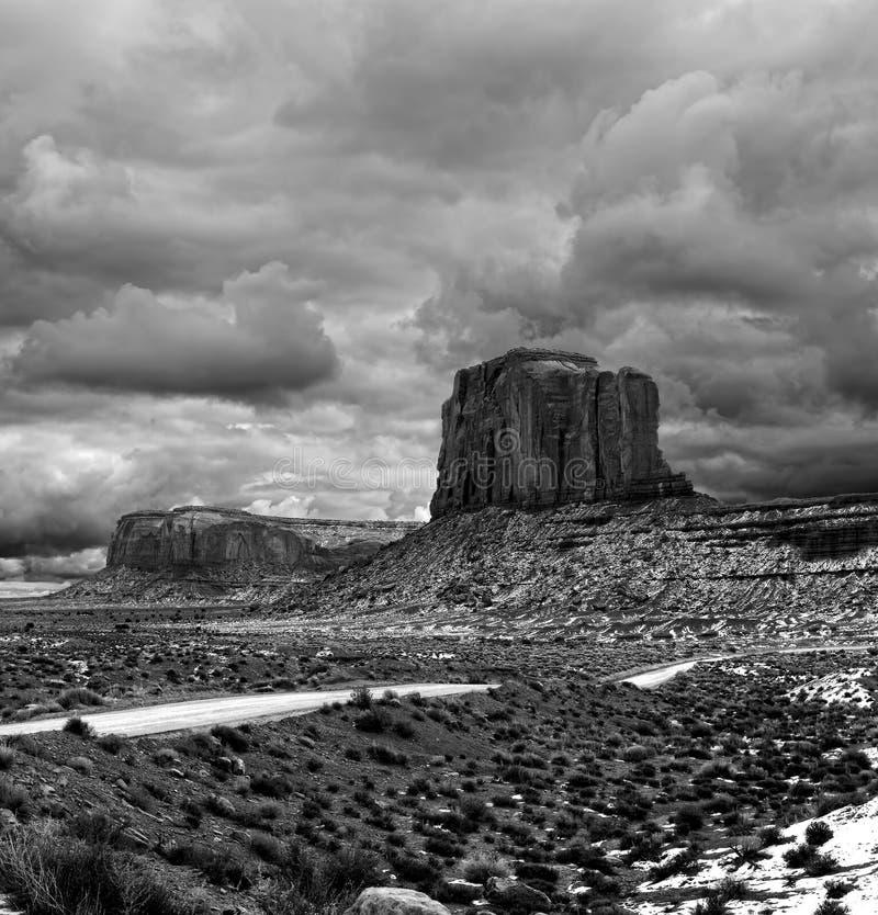 Céus nebulosos do vale preto e branco do monumento foto de stock royalty free