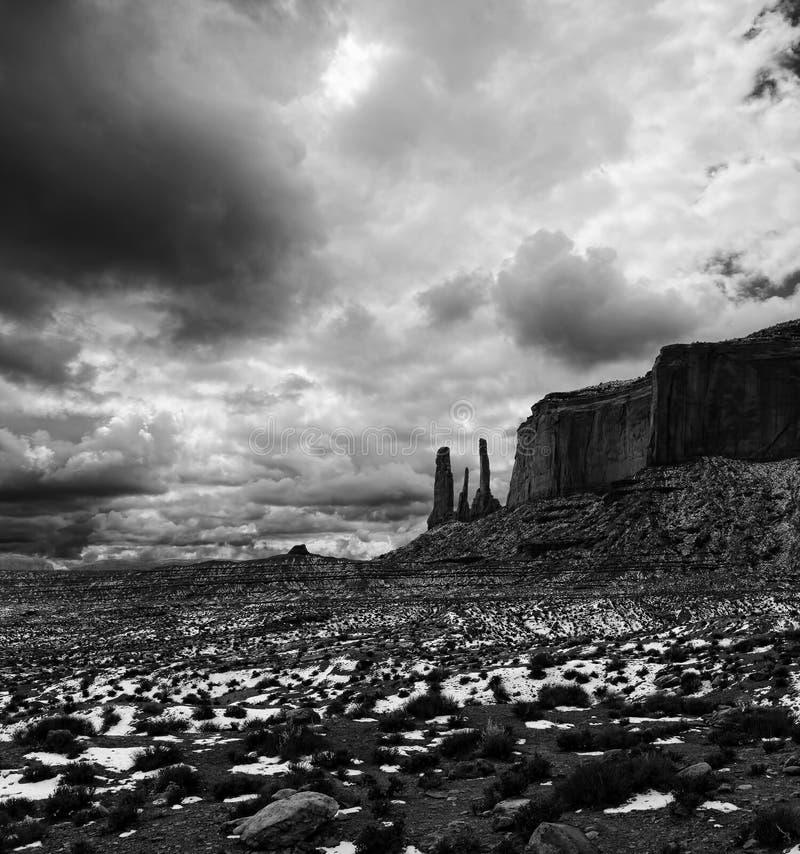 Céus nebulosos do vale preto e branco do monumento imagem de stock
