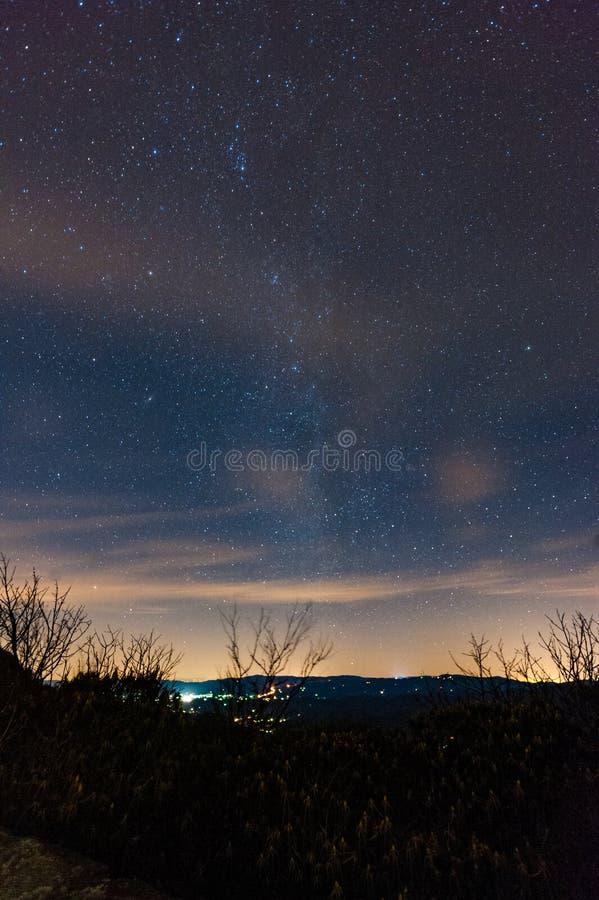 Céus noturnos sobre Asheville imagem de stock