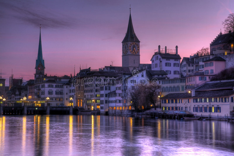 Céus roxos sobre Zurique, Switzerland foto de stock