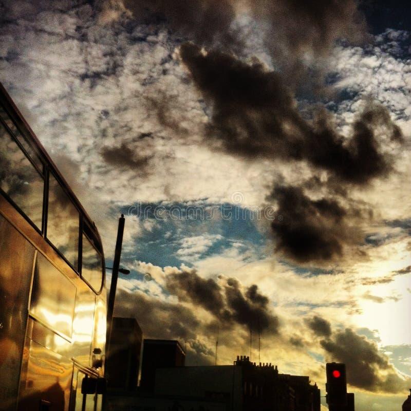 Céus tormentosos no extremo Oriental de Londres fotografia de stock