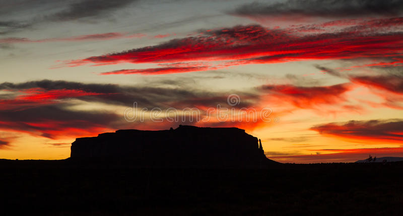 Céus vermelhos no vale do monumento foto de stock