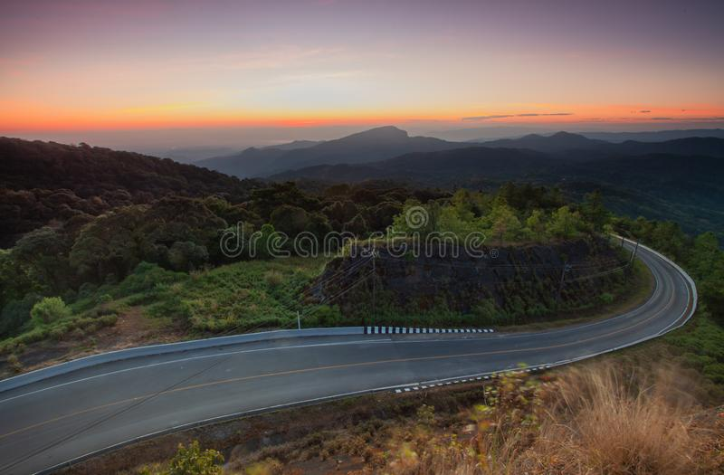 Cênico bonito de nevoento na manhã com nascer do sol sobre a montanha a fotografia de stock royalty free