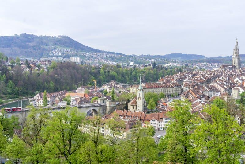 Cênico da cidade de Berna, a capital de Suíça O rio de Aare flui em um laço largo em torno da cidade velha de Berna fotos de stock royalty free