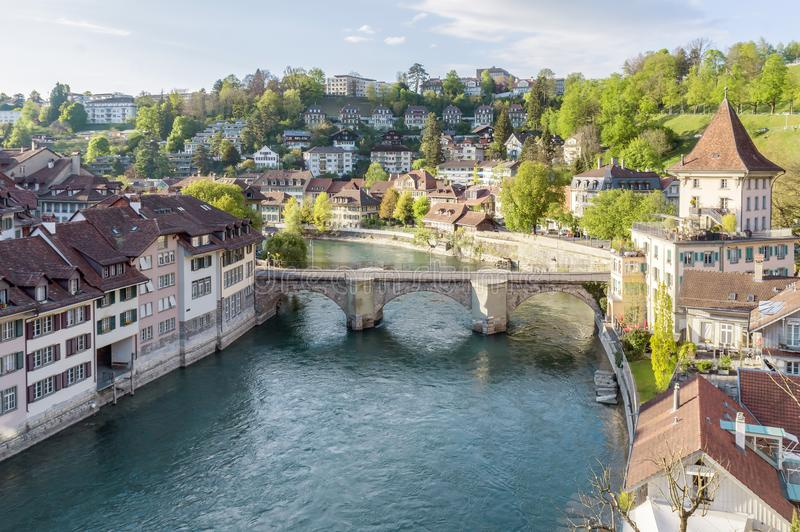 Cênico da cidade de Berna, a capital de Suíça O rio de Aare flui em um laço largo em torno da cidade velha de Berna fotografia de stock