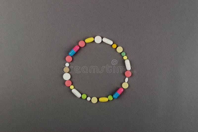 Círculo criado dos comprimidos coloridos Conceito MÉDICO foto de stock royalty free