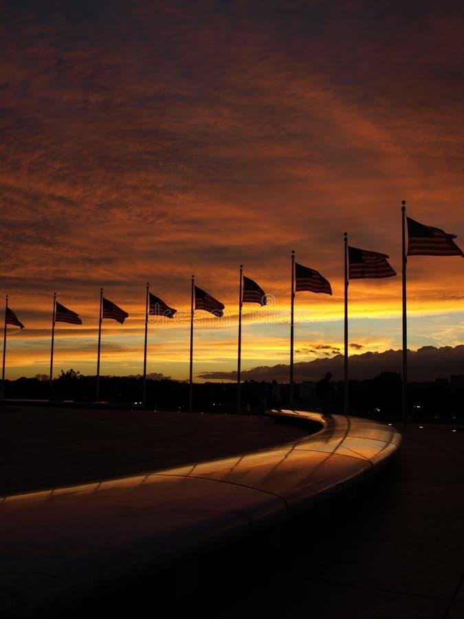 Círculo da bandeira em torno do monumento de Washington fotos de stock royalty free