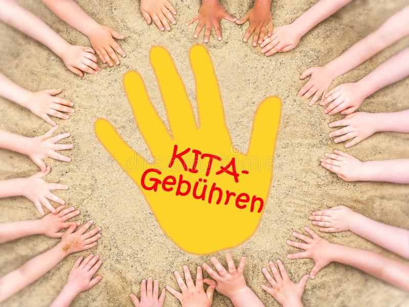 Círculo das mãos das crianças com uma mão no meio e a palavra alemão para taxas do jardim de infância imagens de stock royalty free