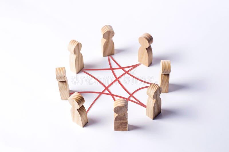 Círculo de la gente interconectada por las líneas rojas de las curvas cooperación, trabajo en equipo, entrenamiento Personal, reu fotografía de archivo