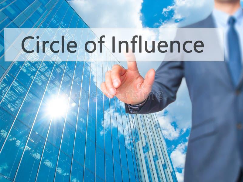 Círculo de la influencia - botón del presionado a mano del hombre de negocios en tacto fotos de archivo libres de regalías
