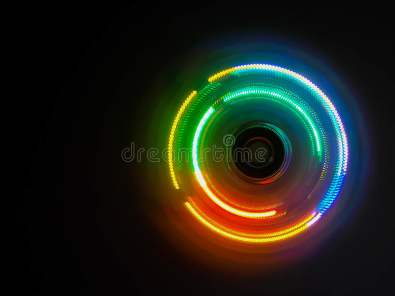 Círculo de néon claro colorido no fundo do preto escuro fotografia de stock