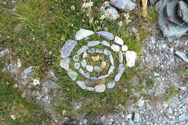 Círculo de pedra Neolítico antigo no vale da montanha foto de stock