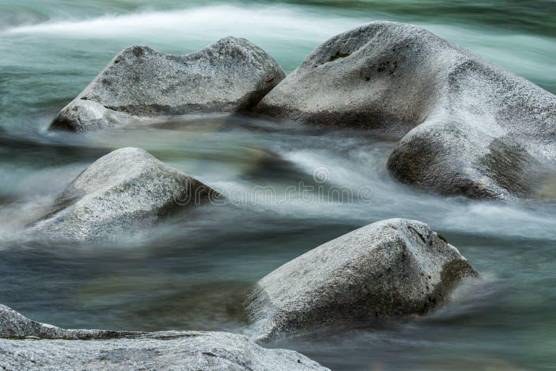 Círculo de pedra no rio fotos de stock