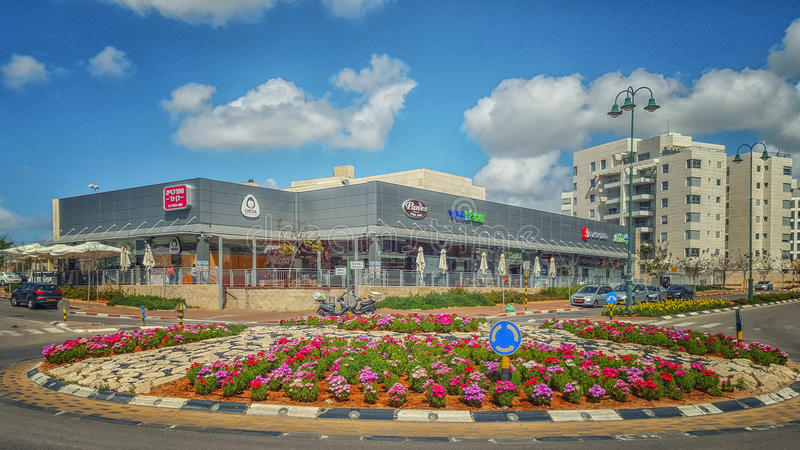 Círculo de tráfego bonito na frente do supermercado fotos de stock royalty free