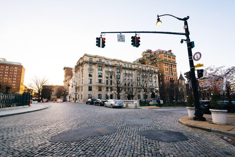 Círculo de tráfico del guijarro y edificios históricos en Mount Vernon, Baltimore, Maryland fotografía de archivo libre de regalías