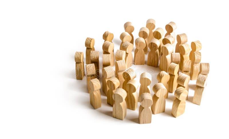 Círculo de uma grande multidão de povos Conceito da cooperação e da reunião, encontrando soluções e comunicação Sociedade e comun fotografia de stock royalty free
