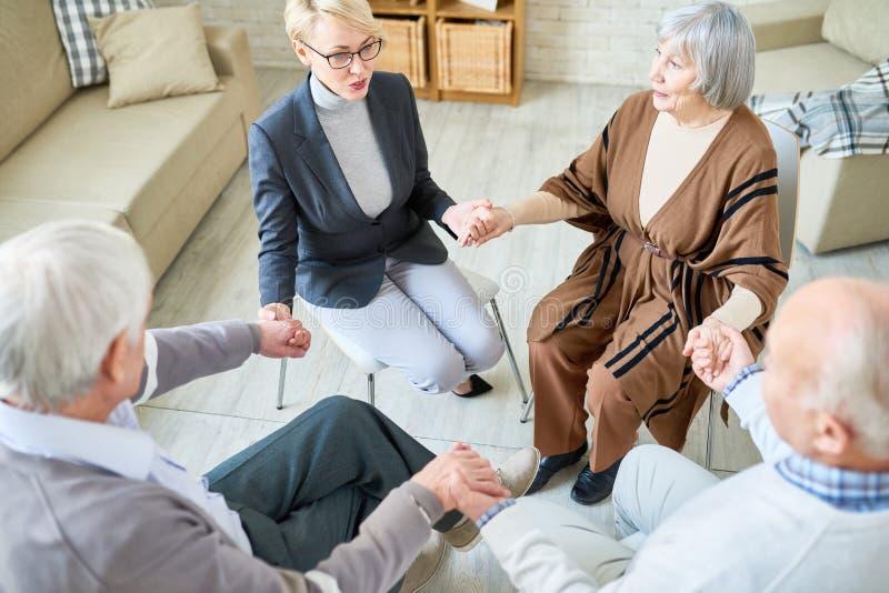 Círculo do apoio na sessão de terapia do grupo foto de stock royalty free