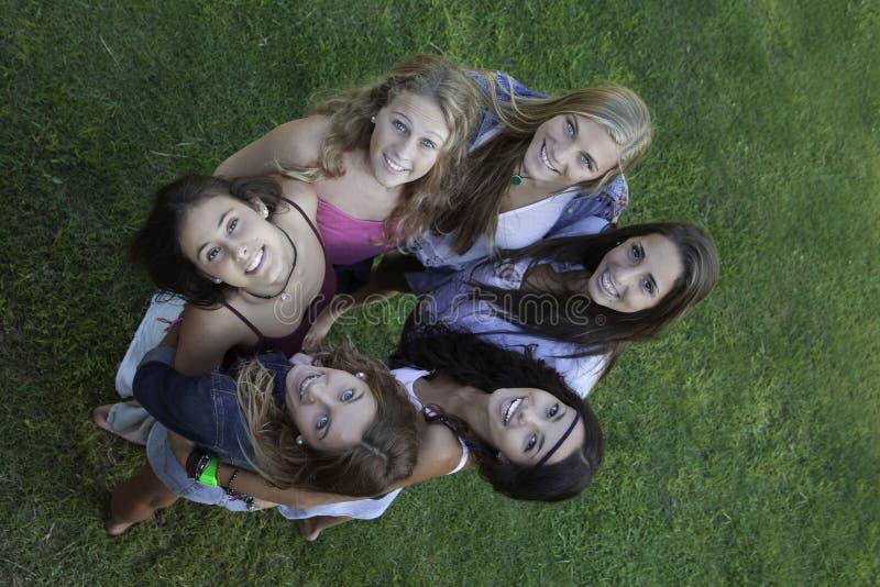 Círculo dos adolescentes felizes saudáveis que olham acima fotografia de stock