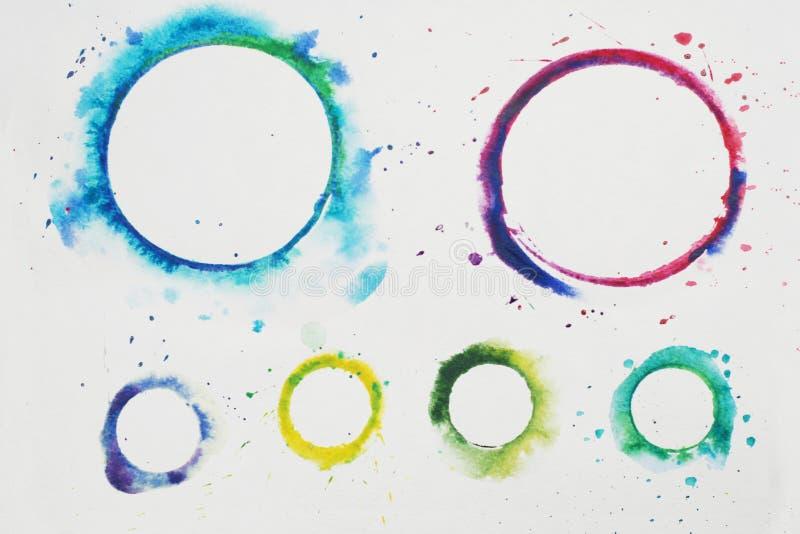 Círculo estilizado de la acuarela en colores del arco iris en un fondo texturizado blanco watercolor foto de archivo libre de regalías