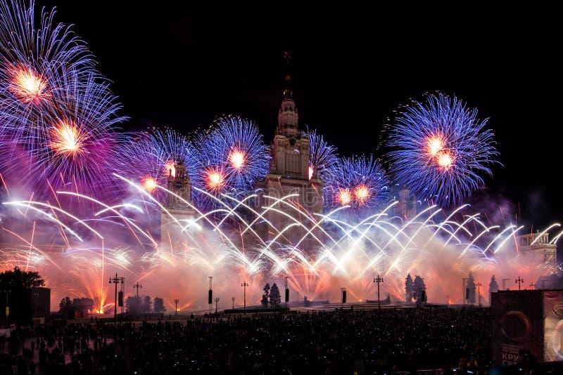 Círculo internacional do festival de Moscou da luz Mostra pirotécnica dos fogos-de-artifício na universidade estadual de Moscou imagem de stock royalty free