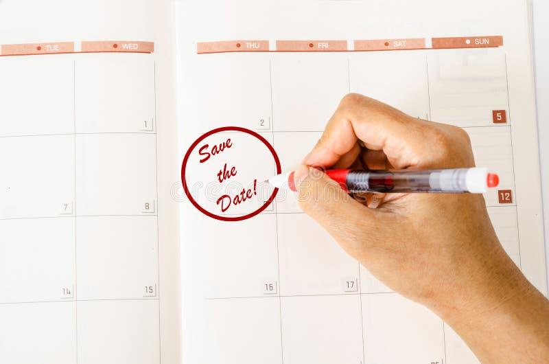CÍRCULO VERMELHO Mark no calendário com palavras salvar a data imagens de stock royalty free