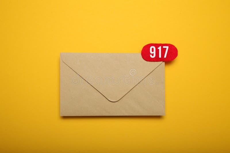 Círculo vermelho na letra do correio, conceito de uma comunicação Correspondência do endereço imagem de stock royalty free